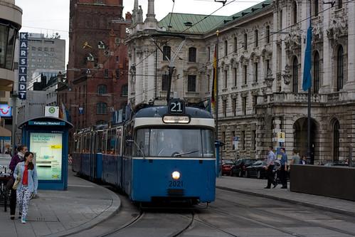 P-Wagen 2021 erreicht als Linie 21-11 den Stachus und befährt die neue Weiche