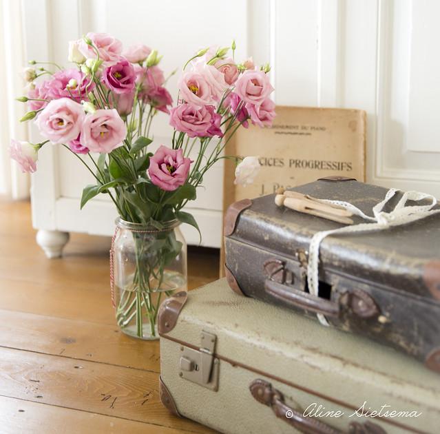 Brocante koffers met bloemen