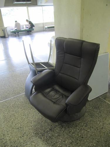 佐賀競馬場の売店の前にある椅子