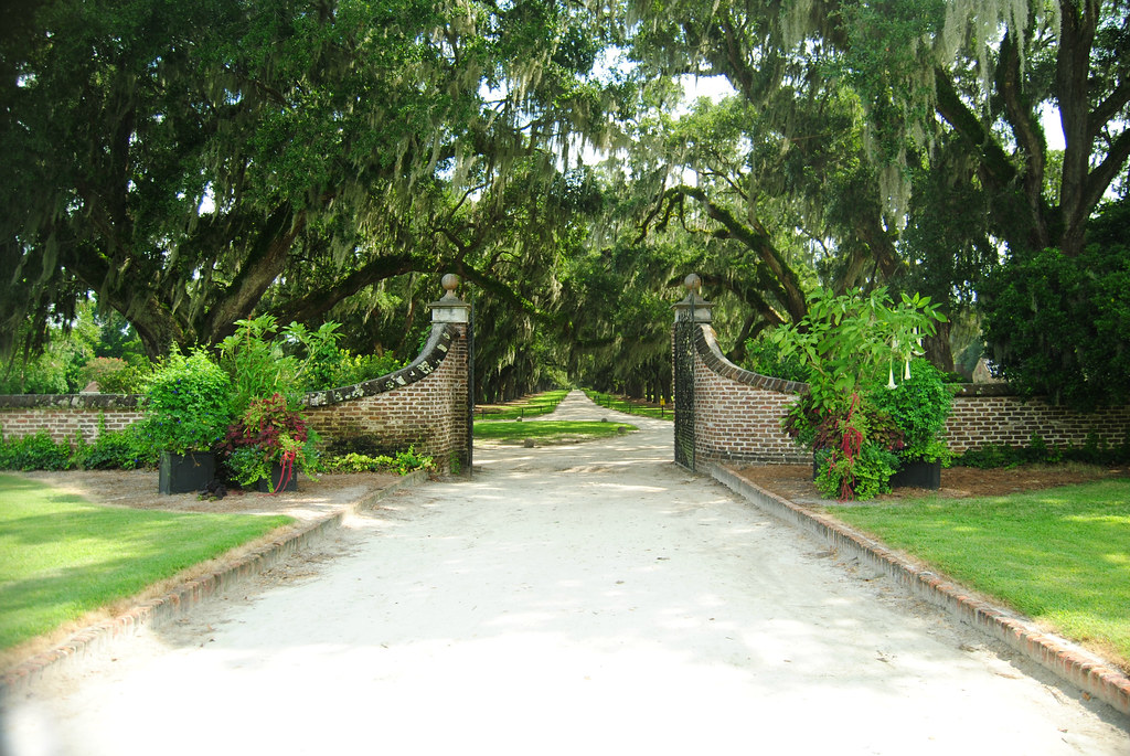 Boone Hall Plantation_gates_avenue of oaks