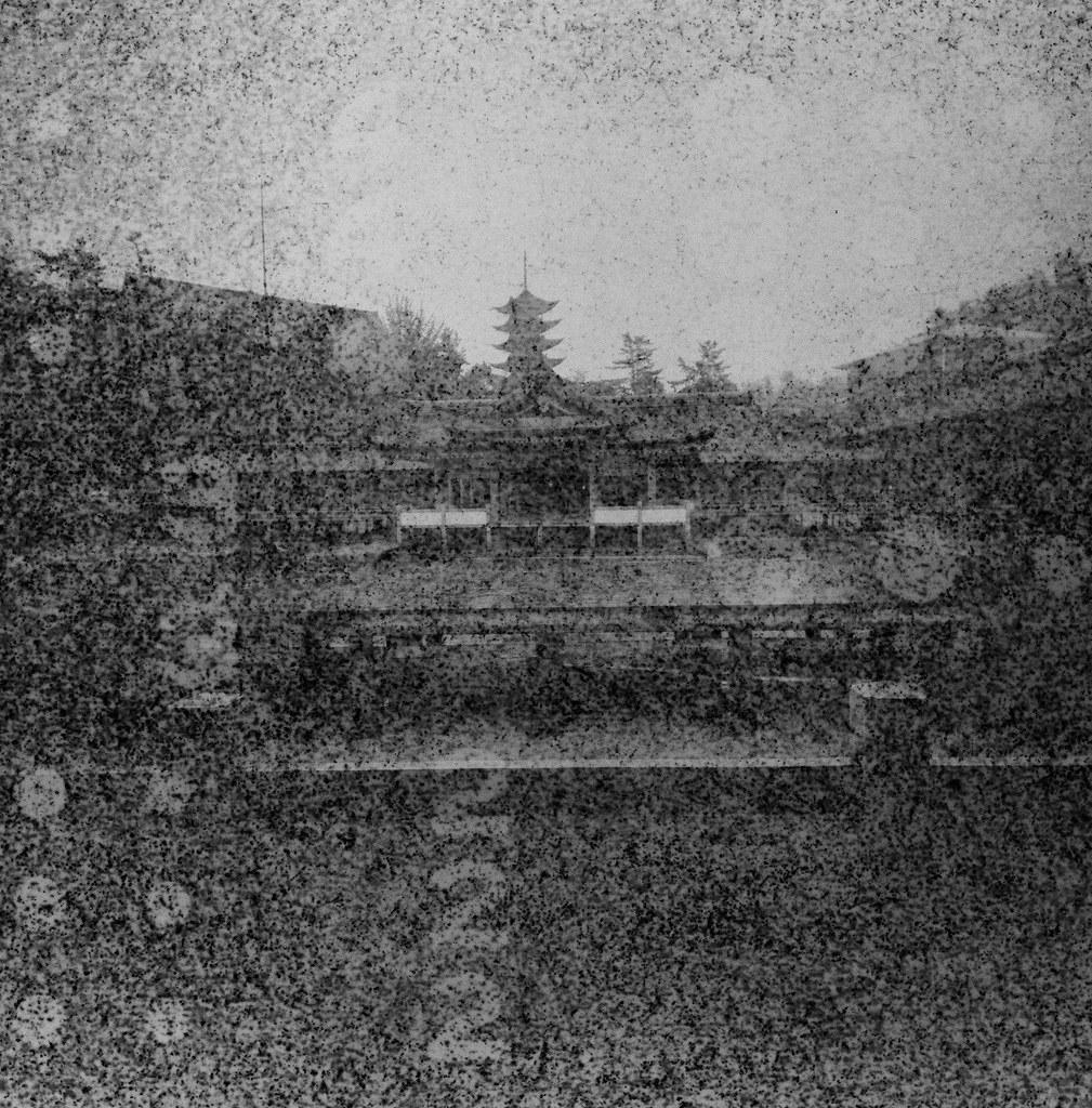 嚴島神社 Hiroshima, Japan / Lomography BW Expired / Lomo LC-A+ 120 過期底片會把底片卷上的字樣印上去,拍出來的影像有一種很像是用針孔攝影投影出來的感覺。  隱隱約約可以看到這是在廣島的嚴島神社拍的,那天是陰天,一直下雨下個不停,我背包裡的 MacBook Pro 還因此泡水當機!  Lomo LC-A 120 Lomography Black and White Negative 100 ISO 120mm 6678-0003 2016/09/25 Photo by Toomore