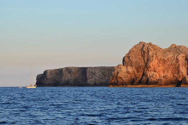 Reserva natural del norte de Menorca bajo las luces del atardecer
