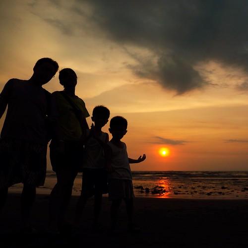 family sunset shadow beach coast amber nice exercise dusk kai biking vic aug eason 日落 08 yi 2014 剪影 夕照 海岸線 新屋 海灘 騎車 八月 運動 亦 鎧亦 翃亦 pyliu