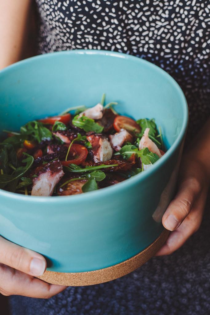 salada de polvo com rúcula e tomate