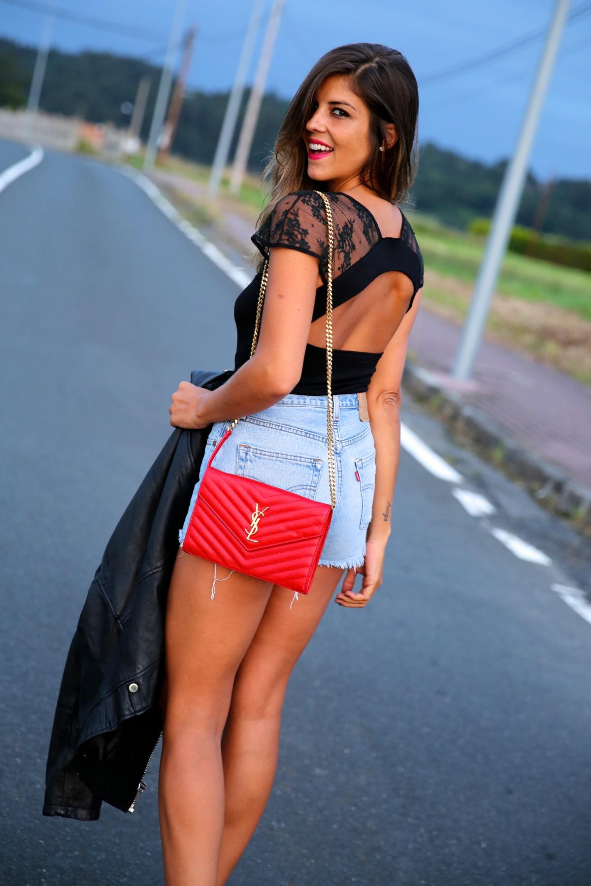 trendy_taste-look-outfit-street_style-ootd-blog-blogger-fashion_spain-moda_españa-denim_shorts-shorts_vaqueros-chaqueta_cuero-leather_jacket-ysl-saint_laurent-5