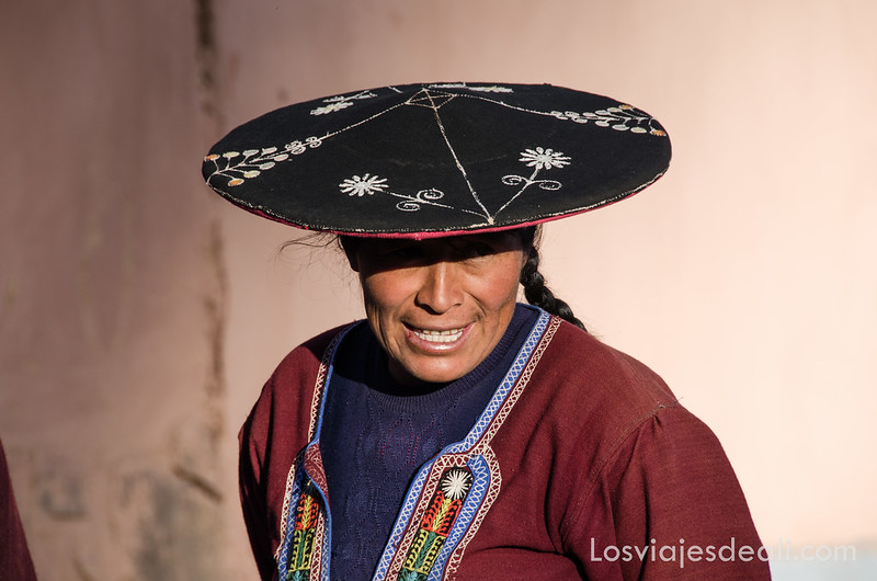 mujer de Raqchi en la ruta de Sillustani y Raqchi