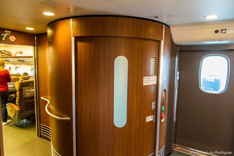 Baño de un N700-7000, con paneles en madera
