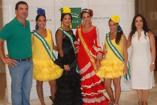 AionSur 15108040675_43059bbc3e_d Reina y damas del 2013 reparten aceitunas en el centro de Sevilla para promocionar la Feria del Verdeo Feria del Verdeo