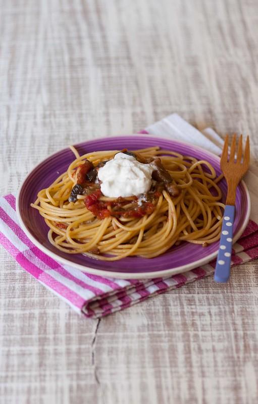 spaghetti con melanzane, pomodori, burrata