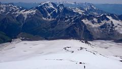 Widoczny mój namiot (po lewej) ponad Skałami Pastuchowa (4700m). Zejście ze szczytu Elbrus.
