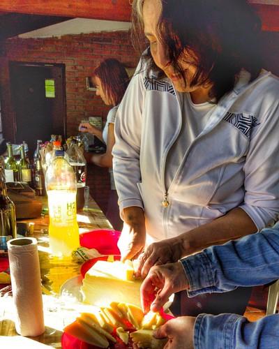 En su #cumpleaños, Andrea Delfino prepara la picada de quesos para la cata de vinos by #Brindemos por @andriucata #wine #food #foodporn #today #saturday #happybirthday