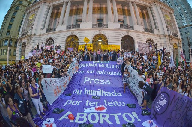 Em protesto, mulheres reivindicam, no Rio de Janeiro (RJ), a descriminalização do aborto - Créditos: Mídia Ninja