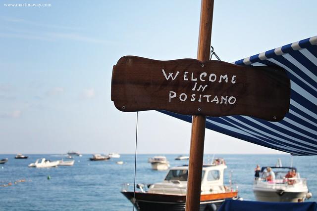 """Scritta """"Welcome in Positano"""" vicino alla spiaggia"""