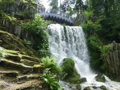 Wasserfall mit Bogenbrücke