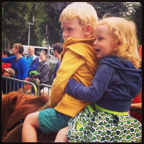 Ze zaten op een paard vandaag! Vooral Ellis vond het geweldig #dezomervan2014 #dag1
