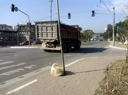 Movimentação de terra da obral do rodoanel muda rotina na Inajar de Souza