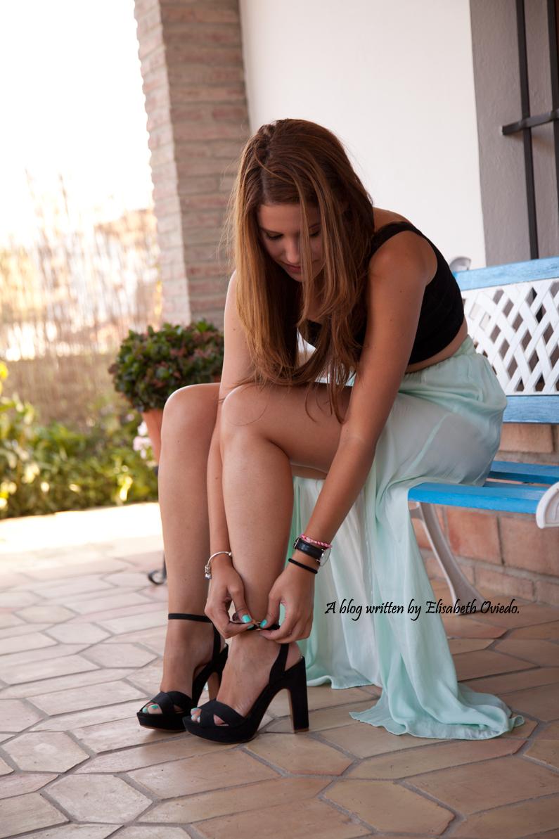 sesión fotográfica profesional fotógrafo Santos y HEELSANDROSES con falda larga aguamarina y top negro (2)