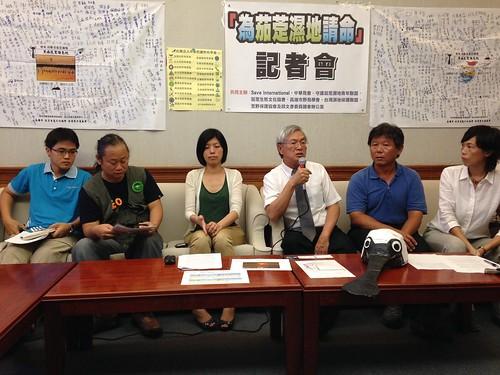 立委邱文彥與保育團體召開記者會,呼籲國人重視濕地以及黑面琵鷺保育價值。