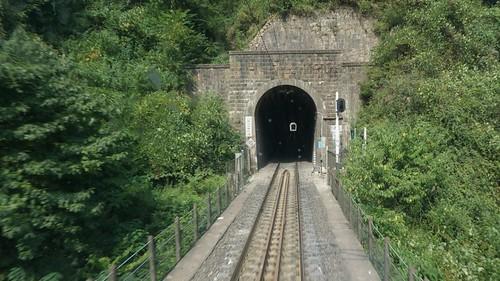 小关沟二号隧道,一路桥隧相连,延绵不绝。