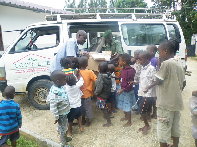Tom, Tito & the children unload the GLO Van 02