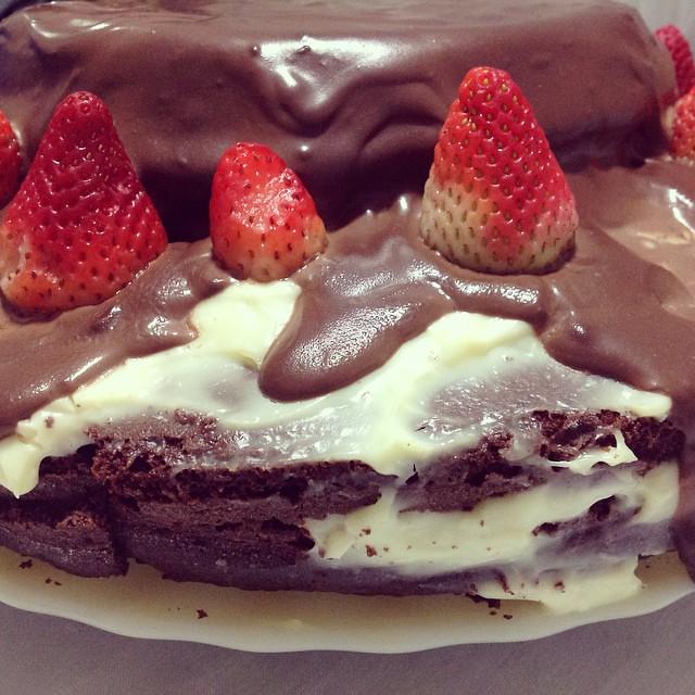 #desafioprimeira 19- Em casa: o que rola no seu lar doce lar? Bem hoje é meu aniversário, então teve um jantar em família com direito a bolo de chocolate com morango.  Tava tudo muito bom.