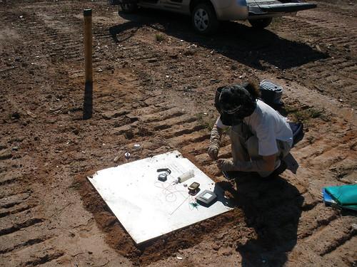 Trabalho de coleta de metano e gás carbonico emitido em aterro sanitário, utilizando câmara de emissão difusiva de solo, Duque de Caxias, RJ.