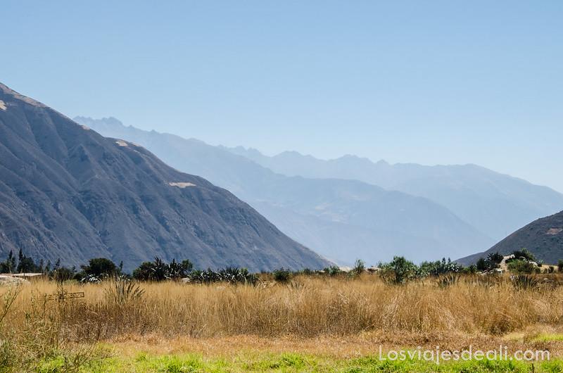 Cordillera Negra frente a la cordillera blanca