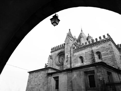 portugal alentejo évora cidade catedral sé fé igreja roseta monocromático monumento arquitectura património bw arco candeeiro pedra