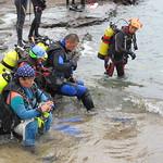 淨海志工背著潛水裝備準備下海