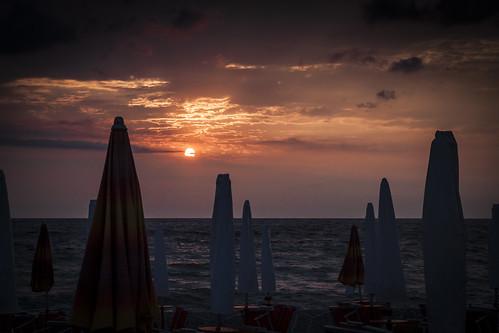 sunrise mare alba ombrelloni spiaggia fano sassonia kidesurf