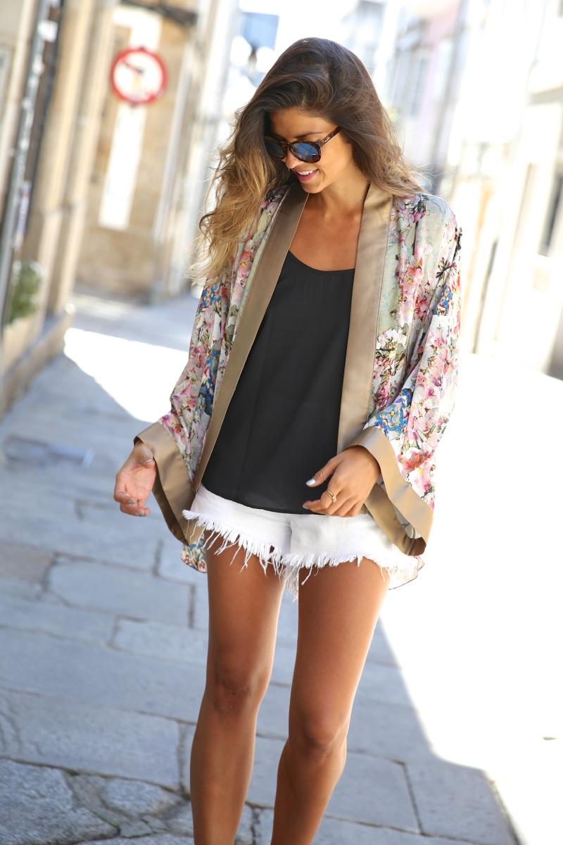 trendy_taste-look-outfit-street_style-ootd-blog-blogger-fashion_spain-moda_españa-kimono-white_sandals-sandalias_altas_plataformas-guess-denim_white_shorts-shorts_vaqueros_blancos-9