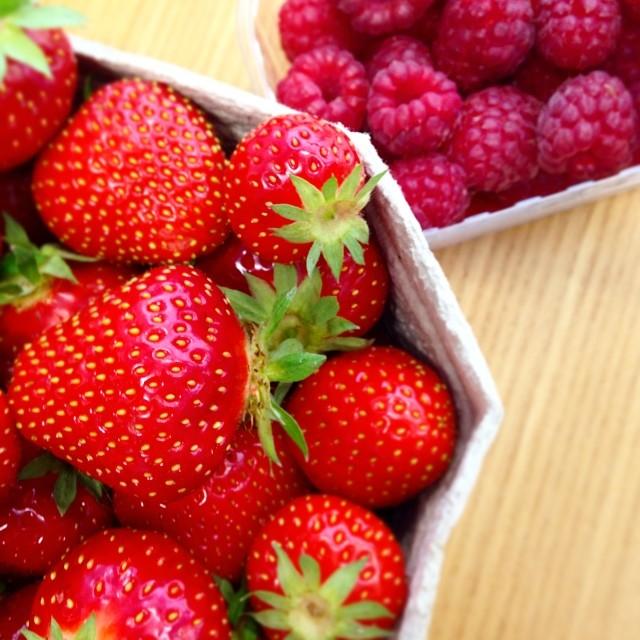 Heute in der Mittagspause gelauft. Die geben heute nachmittag ENDLICH die heissbegehrten Marmeladen.... #letzteerdbeeren #strawberries #erdbeeren #himbeeren #rasperries #red #rot #weck #einwecken #insglasgeflüstert #indieflaschegeflüstert #haltbarmachen #