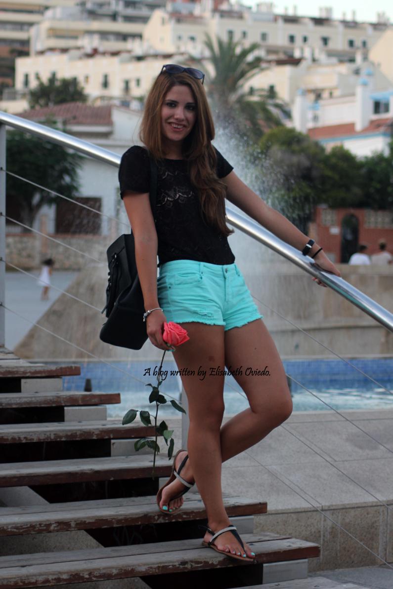 Shorts-aguamarina-con-camiseta-de-encajes-negros-HEELSANDROSES-Rincón-de-la-Victoria-(4)