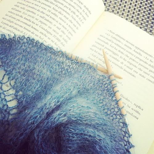 Knitting and reading :) Lavorando a maglia e leggendo :)