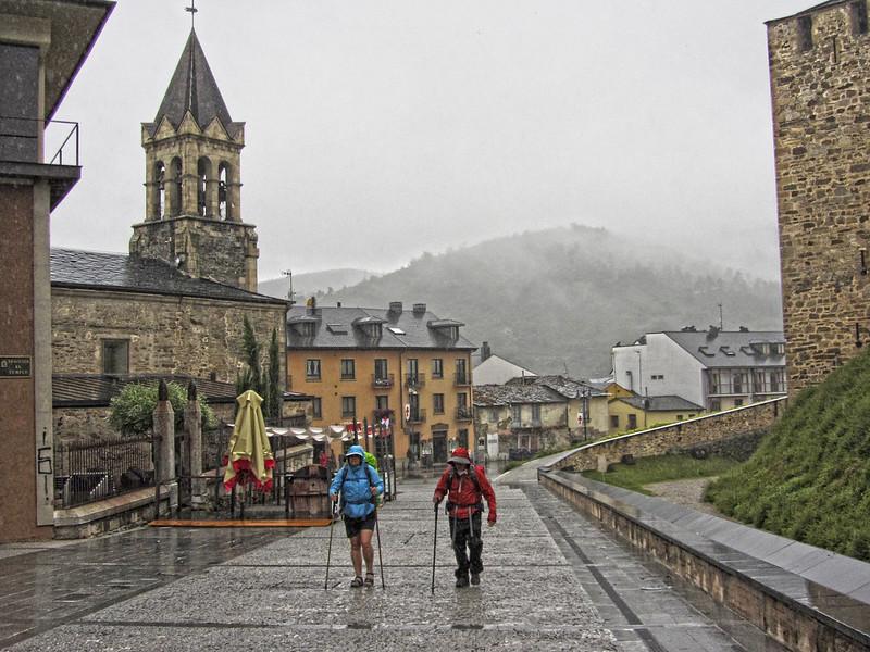 Peregrinos bajo la lluvia en Ponferrada
