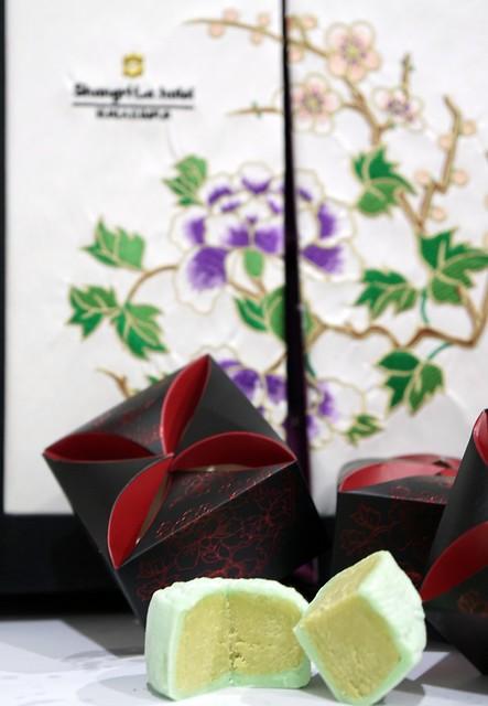 shangri la mooncake 2014 - unique avocado custard