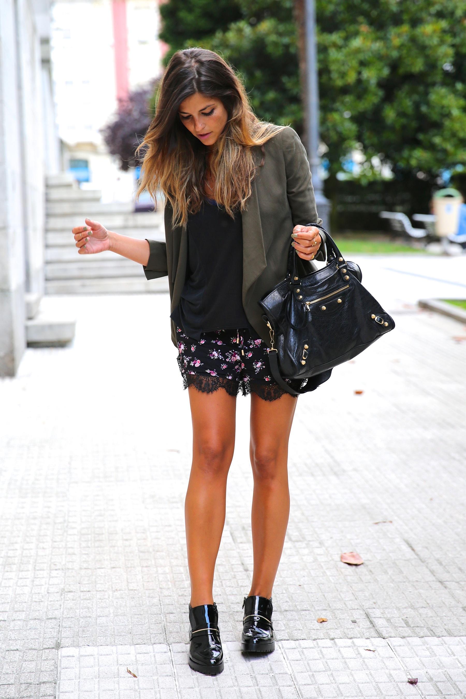 trendy_taste-look-outfit-street_style-ootd-blog-blogger-fashion_spain-moda_españa-khaki_blazer-blazer_caqui-flower_print-estampado_flores-shorts-botines_charol-11