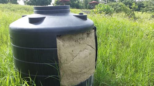 屏科復育團隊為翠鳥所設計的巢桶。(攝影:張鈞普)