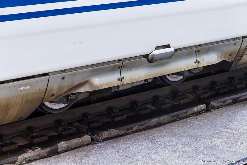 Detalle de la cubierta sobre las ruedas para absorber ruido en un shinkansen N700