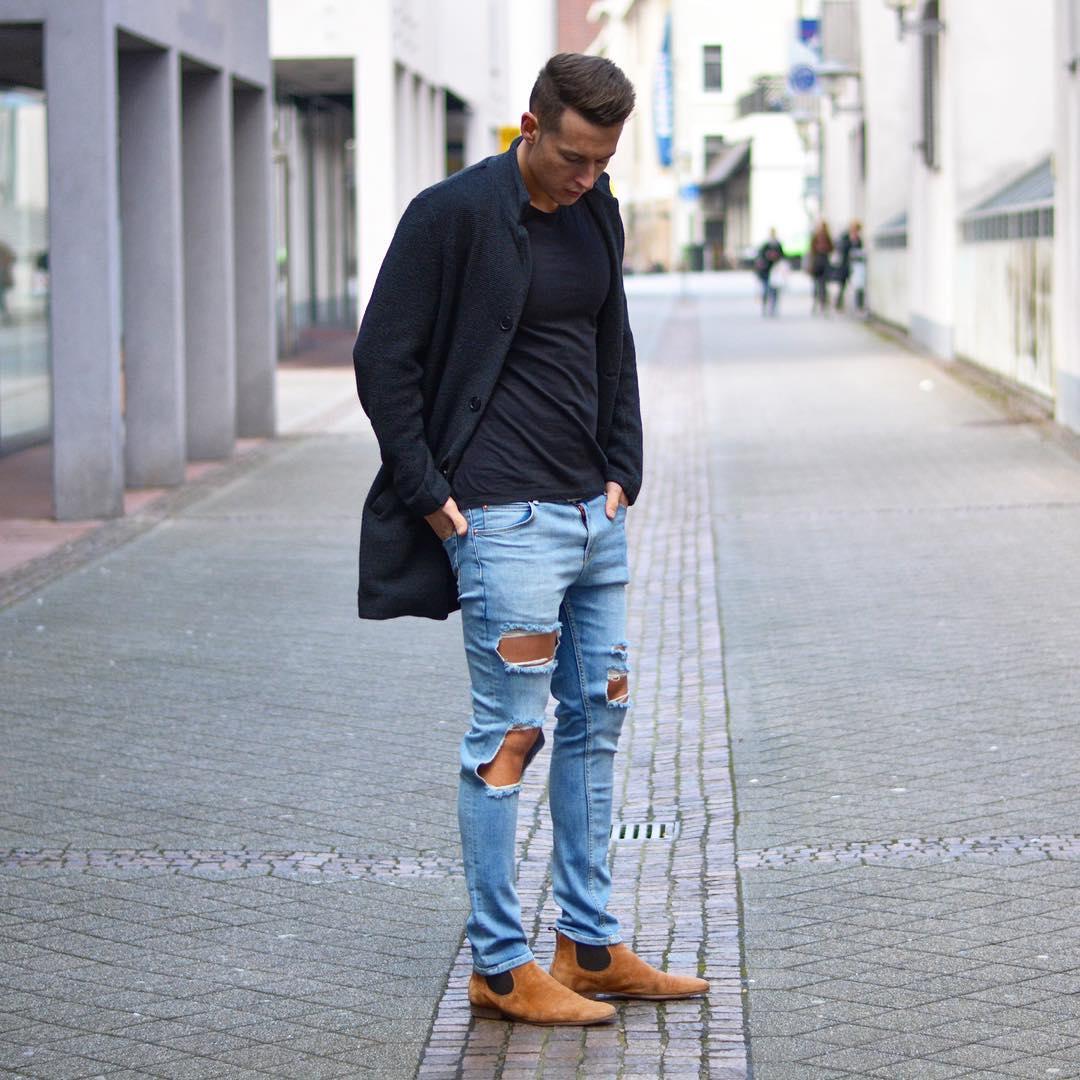 黒チェスターコート×黒Tシャツ×ダメージジーンズ×キャメルサイドゴアブーツ