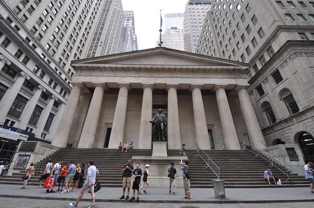 El Federal Hall National Memorial (Wall Street 26) marca el lugar donde George Washington, el primer presidente de la nación, juró su cargo. El actual edificio ha sido construido en 1842 reemplazando el edificio original.