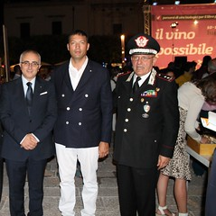 Da destra, il generale Piccinno e il console Vincenzo Abbinante