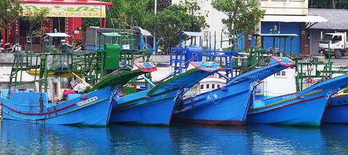 停靠在港邊,架上鏢旗魚台的漁船。攝影:陳文姿