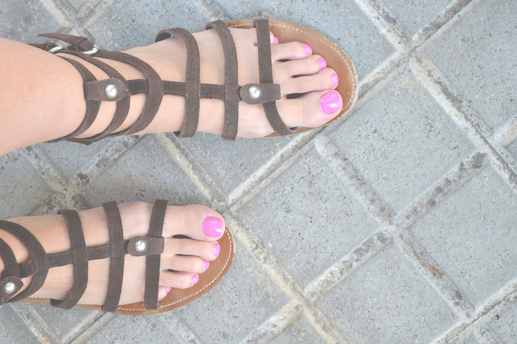 Sandalias gladiador y manicura rosa fucsia