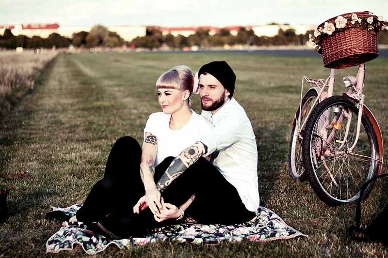 LOVE_BERLIN_COUPLE_FUN_TEMPELHOFER_FELD_PÄRCHEN_SPASS_TATTOOS_VINTAGE_FAHRRAD_BIKE_ROSA_FLOWERS_WHITE_HAIR_PIN_UP_50S_MAKEUP (14)