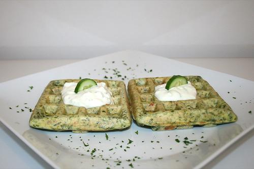 50 - Griechische Spinatwaffeln mit Tzatziki - Seitenansicht / Greek spinach waffles with tzatziki  - Side view