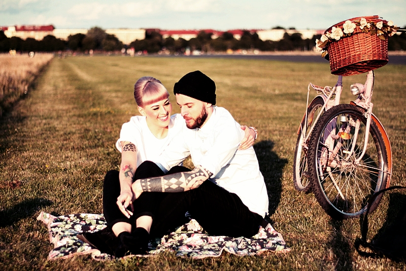 LOVE_BERLIN_COUPLE_FUN_TEMPELHOFER_FELD_PÄRCHEN_SPASS_TATTOOS_VINTAGE_FAHRRAD_BIKE_ROSA_FLOWERS_WHITE_HAIR_PIN_UP_50S_MAKEUP (2)