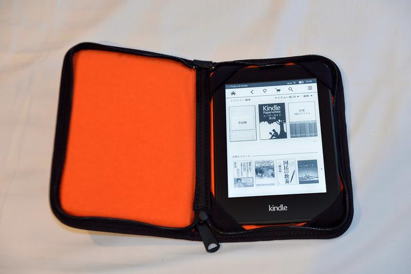 【Porter x Kindle Paperwhite】把 Kindle 裝進去的樣子,一開始很假掰的登入日本版的 Amazon。^^a