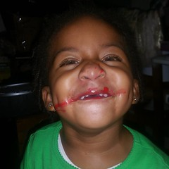 He insisted on putting on the lip gloss herself, ROFL!  #kkandmamaree #akaleirenee #hangingwithmamaree #lipgloss #growny #toogrown