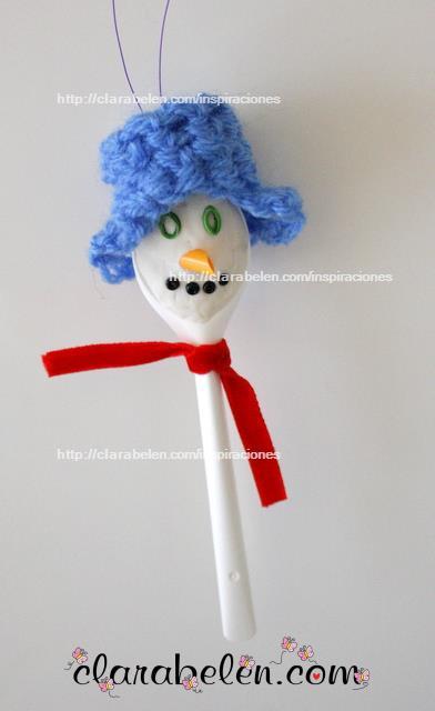 Muñecos de nieve con cucharas de plástico y plastilina